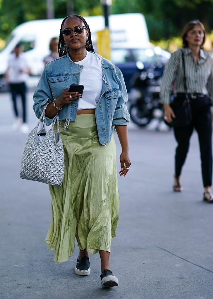 Девушка в белой футболке, атласная юбка макси, джинсовка и кеды