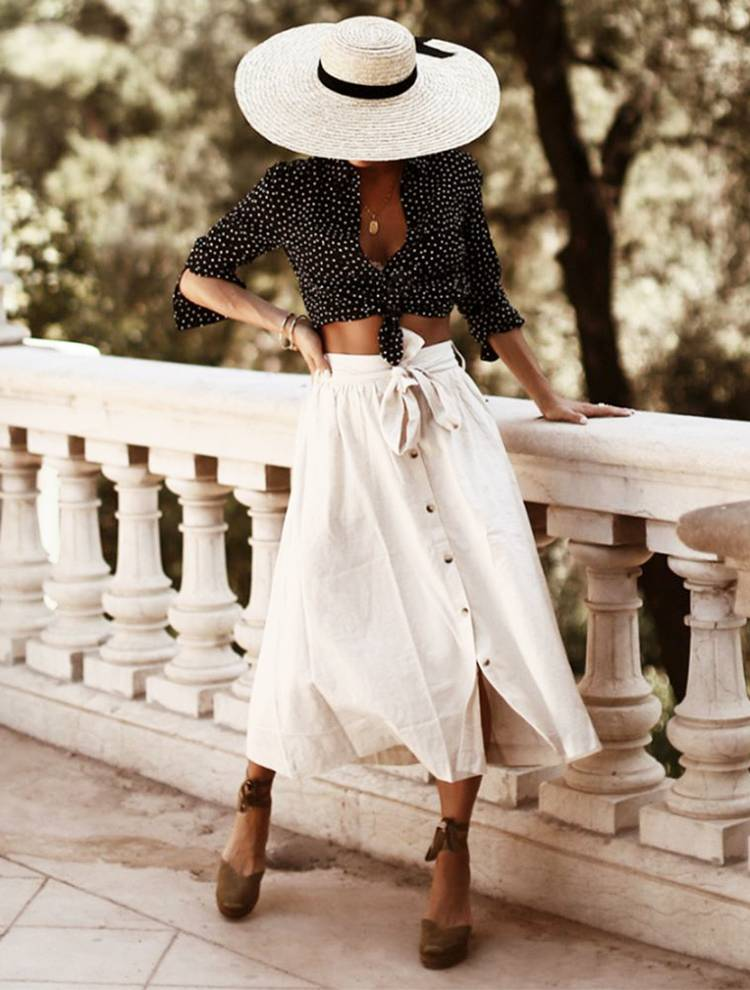 Девушка в белой юбке миди на пуговицах, черная блуза и бежевые босоножки