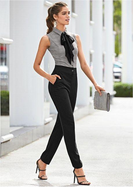 Девушка в деловом комбинезоне и босоножках с ремешками