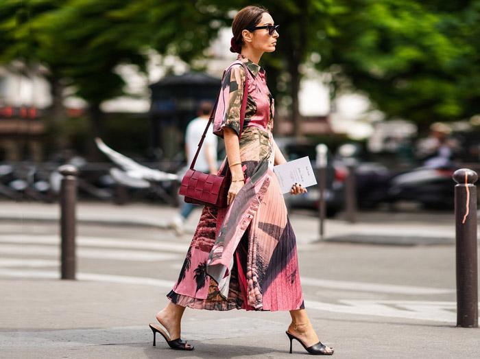 Девушка в длинной юбке, розовая блузка и черные босоножки