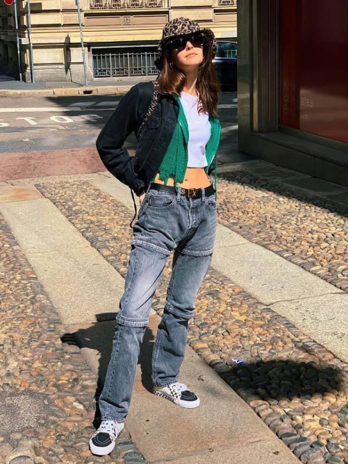 Девушка в джинсах, кроп топ, черный бомбер и черные кеды