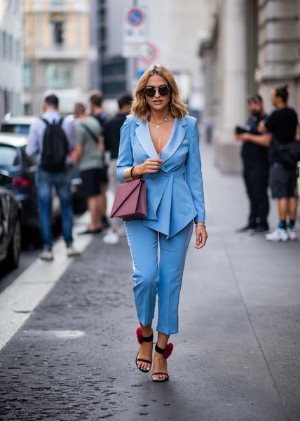 Девушка в красивом голубом костюме, розовая сумочка и босоножки