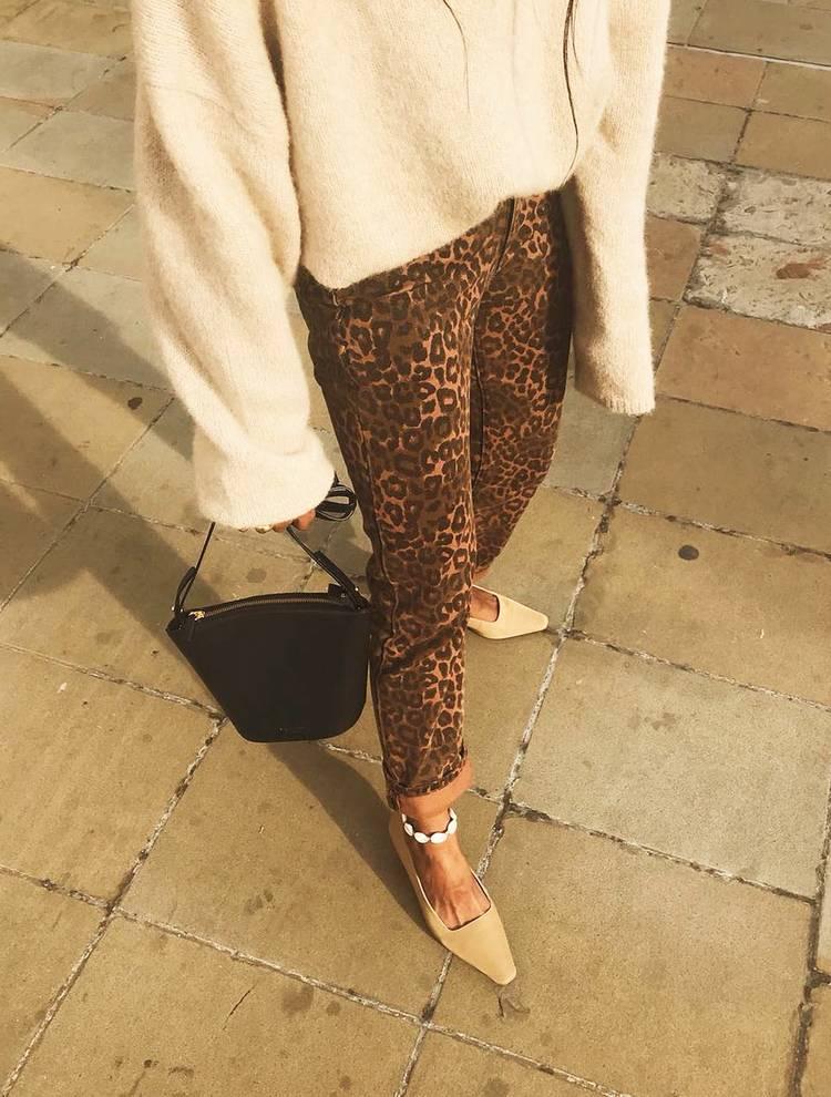 Девушка в леопардовых брюках, свитер и бежевые туфли