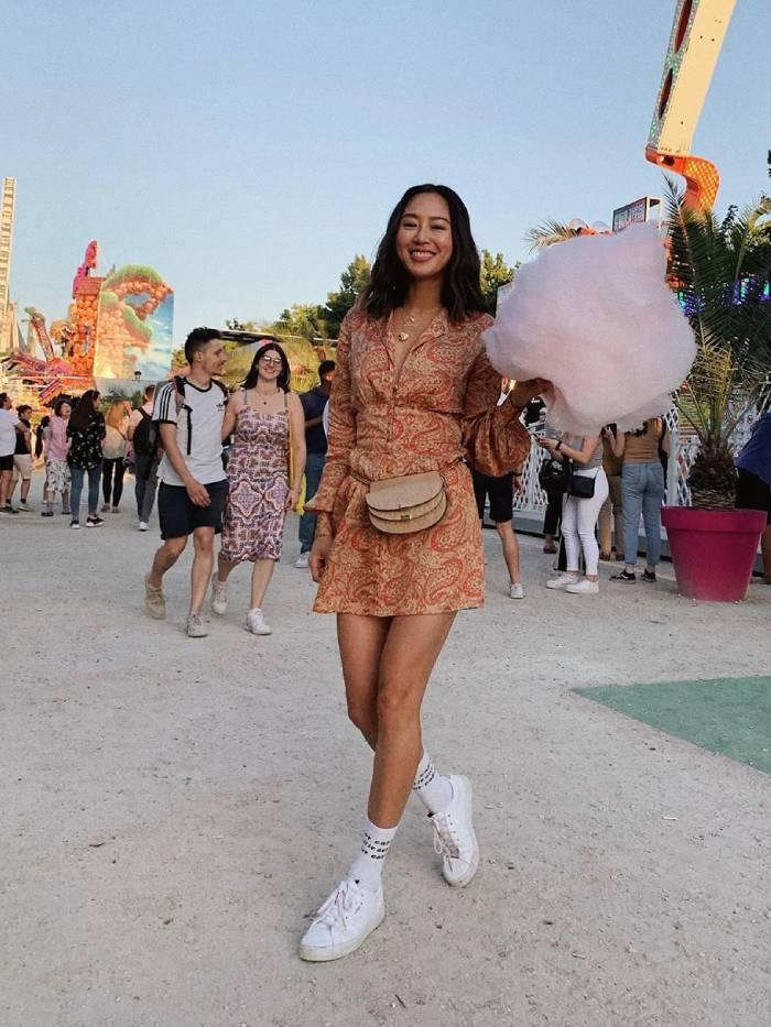 Девушка в летнем мини платье и белых кедах