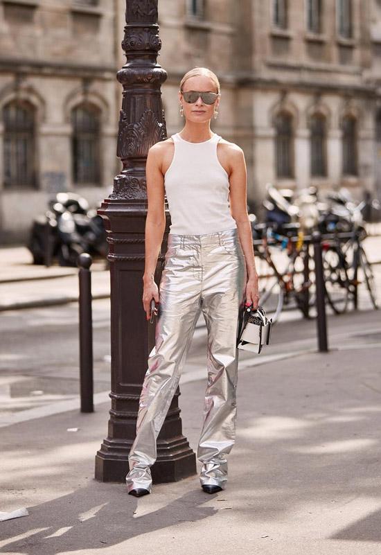 Девушка в металлических брюках, белая майка и солнцезащитные очки