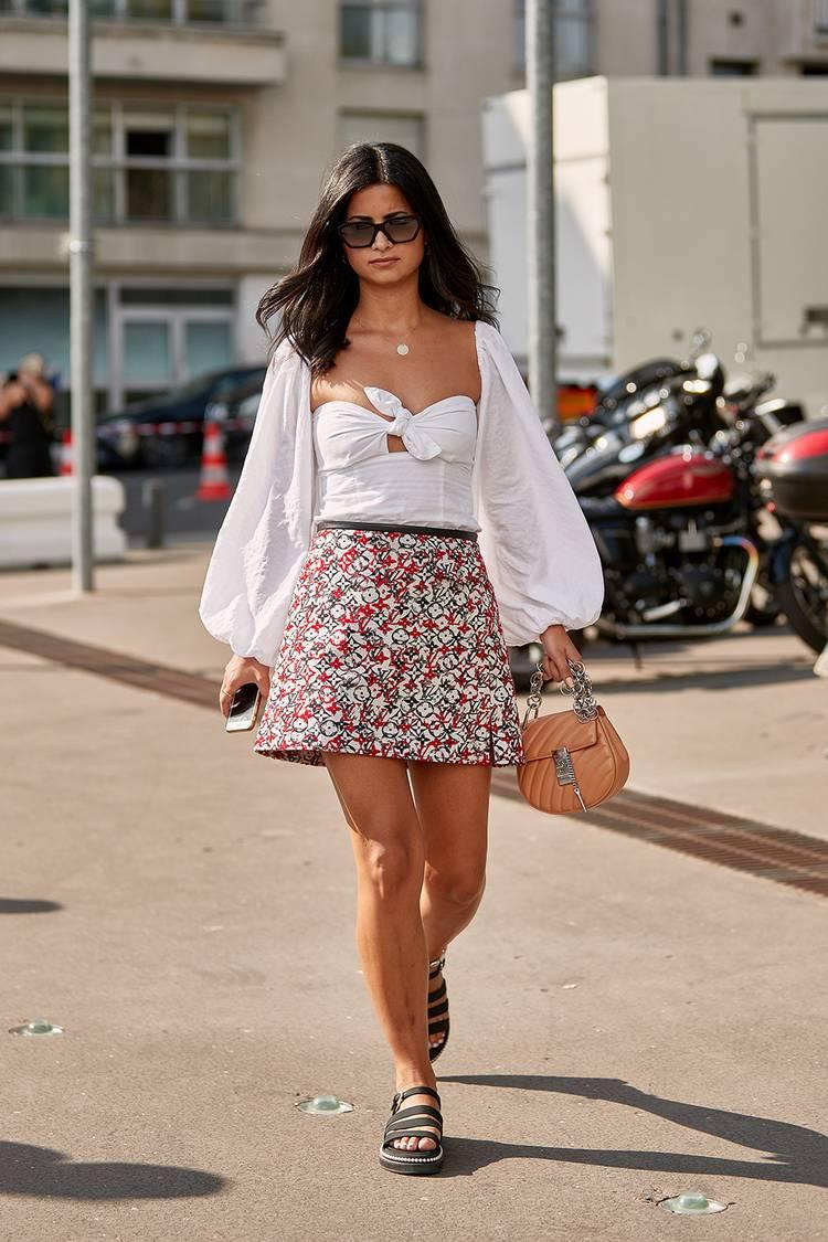Девушка в мини юбке, красивая блузка и сандалии на плоской подошве