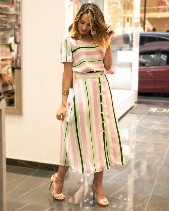 Девушка в нежном платье мини в полоску и босоножки