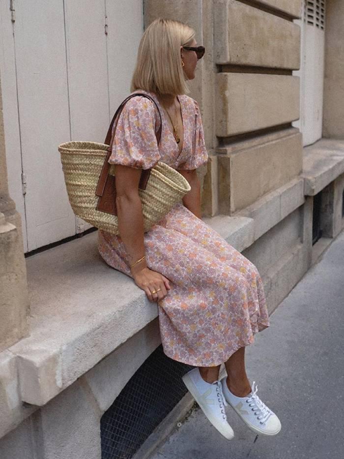Девушка в нежном цветочном платье и белых кедах