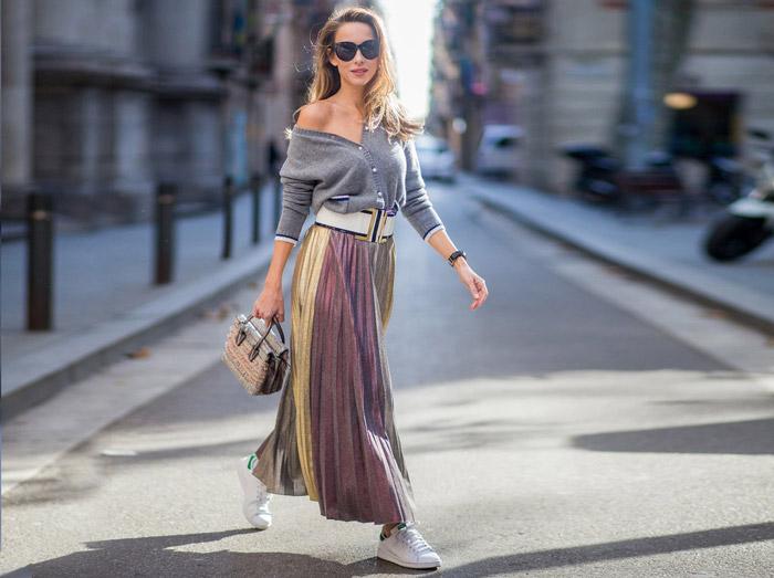 Девушка в плиссированной юбке макси и серый джемпер