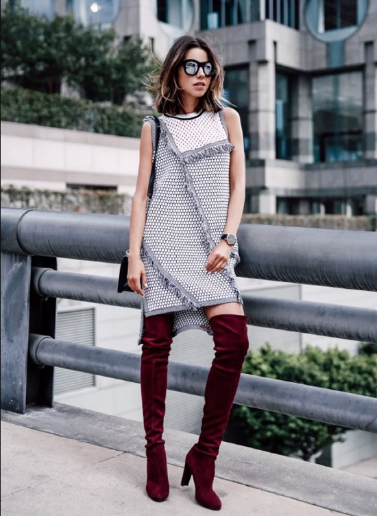 Девушка в прямом сером платье и бордовых ботфортах
