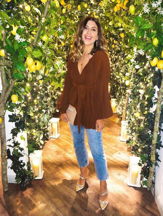Девушка в прямых укороченных джинсах, коричневая туника и красивые туфли
