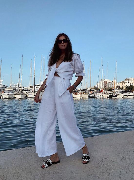 Девушка в широких брюках и белая рубашка