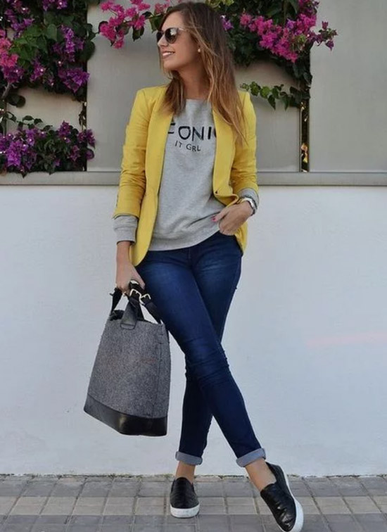 Девушка в синих джинсах, серый свитшот и желтый блейзер
