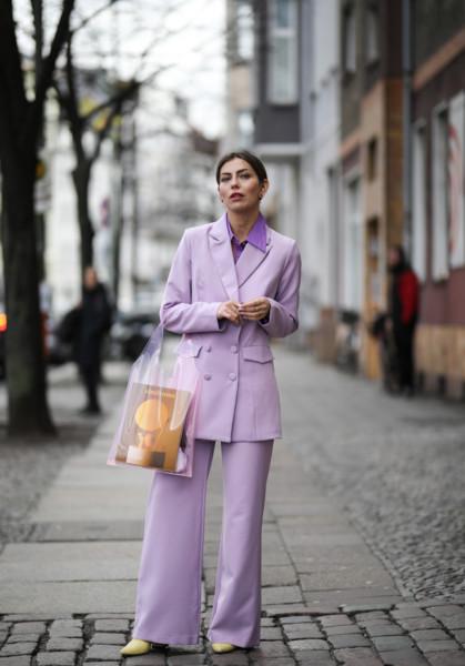Девушка в сиреневом костюмн и жельых туфлях
