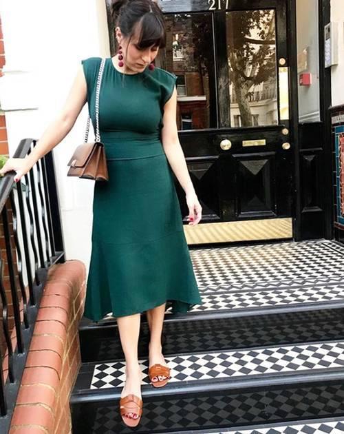 Девушка в зеленом платье миди и кожаных шлепанцах