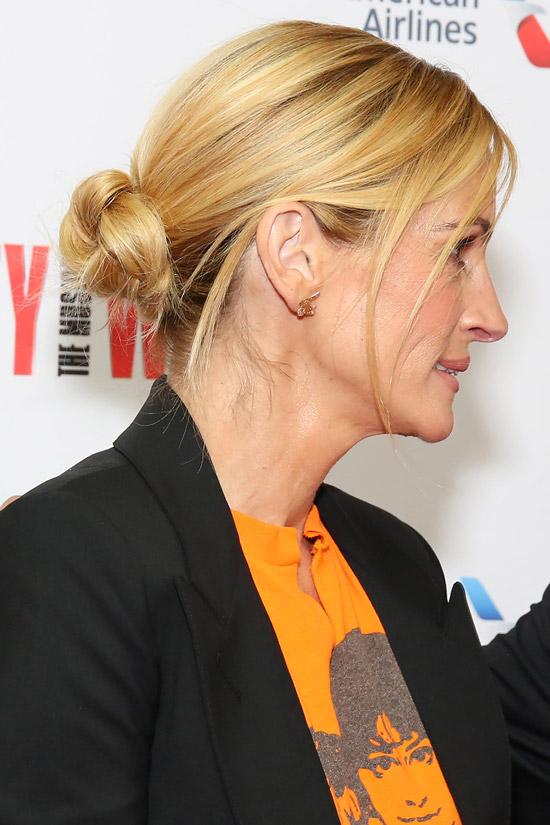 Джулия Робертс с простой прической на светлых волосах с выпущенными прядями