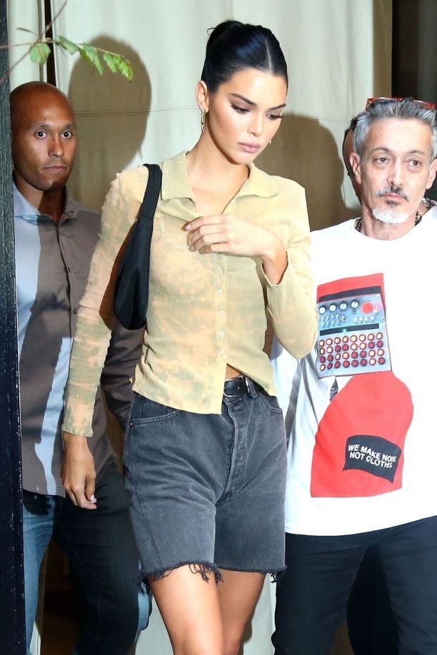 Кендалл Дженнер в серых джинсовых шортах и бежевая рубашка