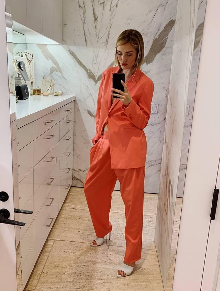 Роузи Хантингтон-Уайтли в брючном костюме кораллового оттенка