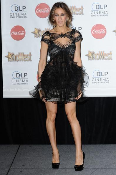 Сара Джессика Паркер интересном мини платье из тюля и черные туфли