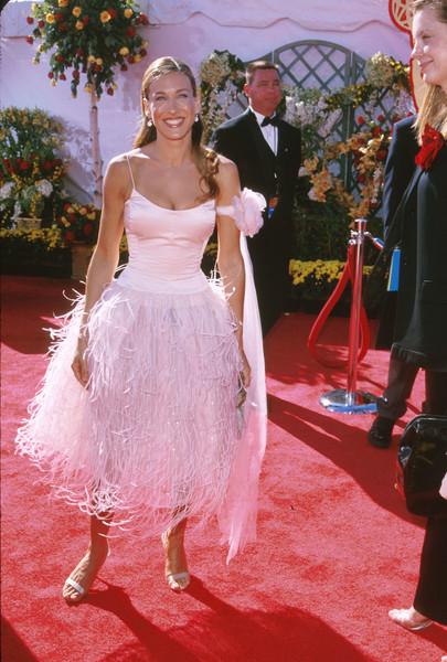 Сара Джессика Паркер в белом платье с перьями и босоножки с ремешками