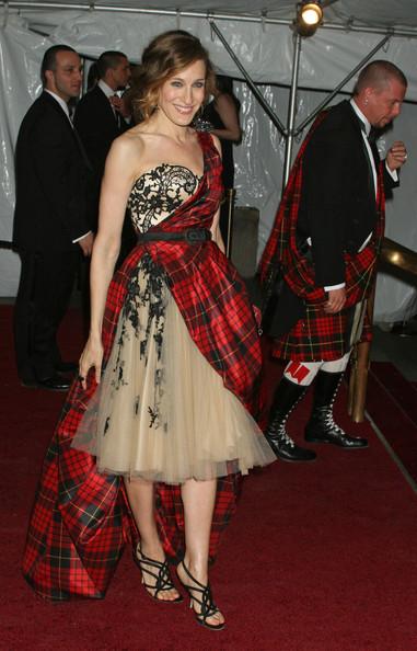 Сара Джессика Паркер в бежевом пышном платье с красной накидкой в клетку и черные босоножки с ремешками