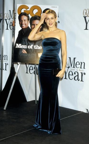 Сара Джессика Паркер в бинем бархатном платье макси