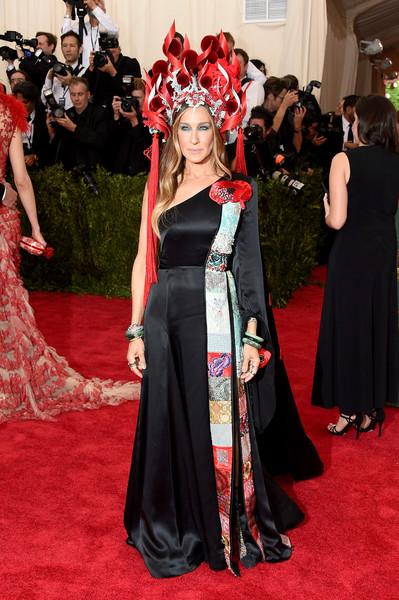 Сара Джессика Паркер в черном атласном платье на одно плечо и красная корона