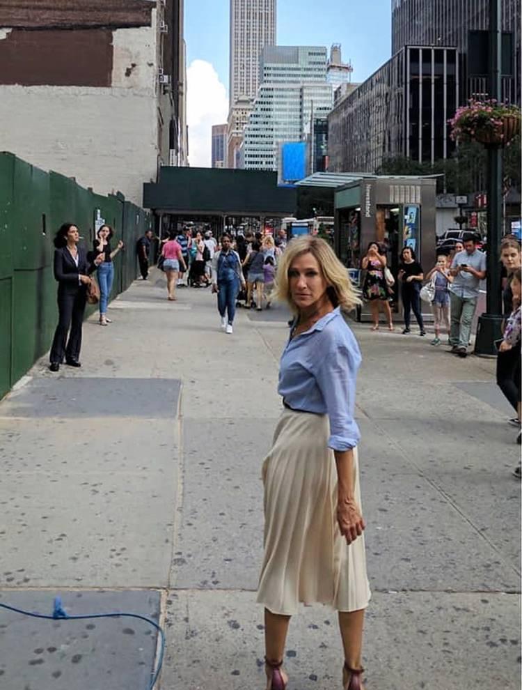 Сара Джессика Паркер в голубой рубашке и юбке миди молочного цвета