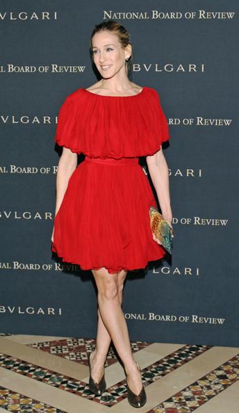 Сара Джессика Паркер в кокетливом красном платье мини и черные туфли