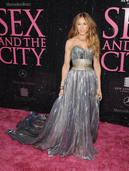 Сара Джессика Паркер в красивом серебристом платье с поясом