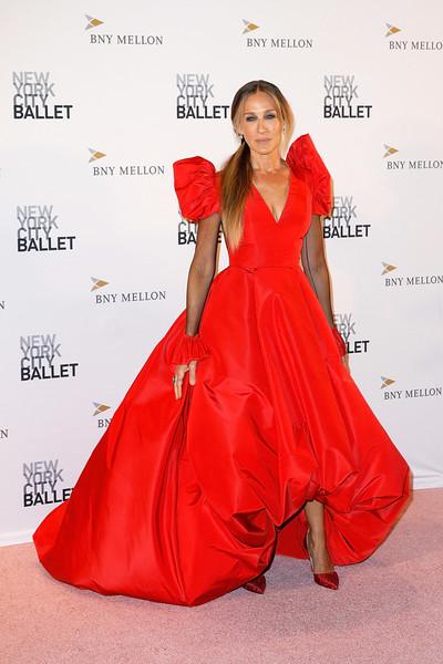 Сара Джессика Паркер в красном вечернем платье и туфли