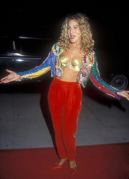 Сара Джессика Паркер в красных брюках, золотой бюстье и пиджак