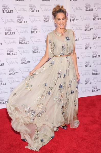 Сара Джессика Паркер в легком бежевом платье с цветами и золотой пояс