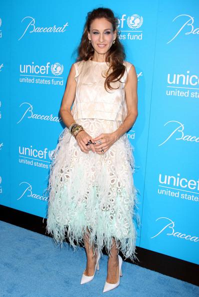 Сара Джессика Паркер в нежном платье миди с перьями и белые туфли