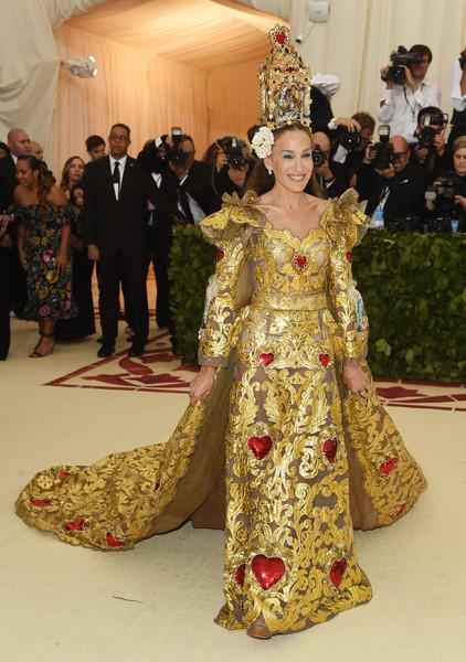 Сара Джессика Паркер в золотом платье со шлейфом и корона