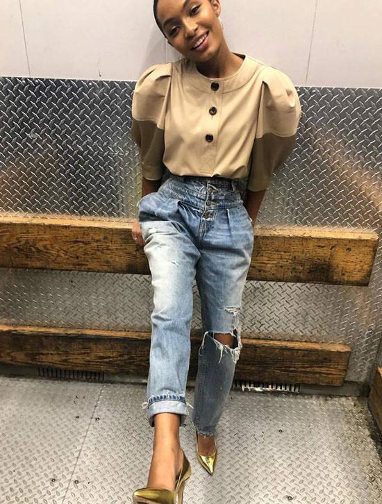 Яра Шахиди в бежевой кофточке, рванные джинсы и золотые туфли