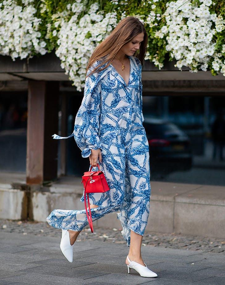 девушка в бело-синем платье, белых мюлях и с красной сумкой