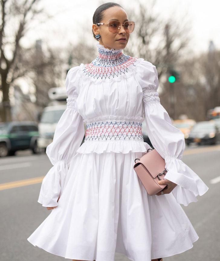 девушка в белом платье викторианской эпохи и солнцезащитных очках