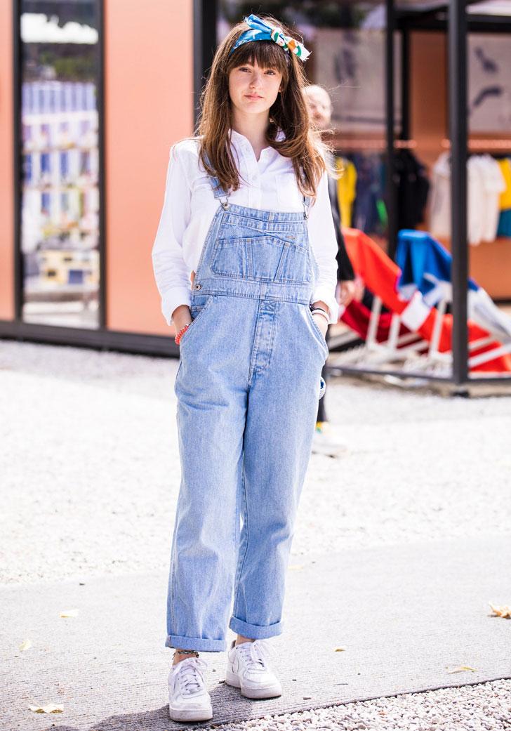 девушка в белой рубашке, джинсовом комбинезоне и кедах