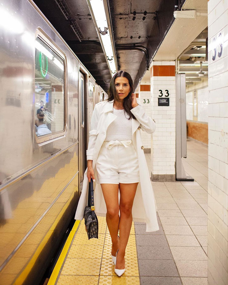 девушка в белых шортах, топе, лодочках и плаще