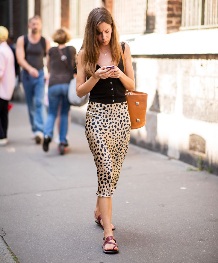 девушка в черном топе, леопардовой юбке карандаш и сандалиях
