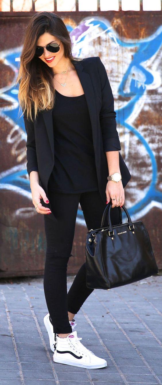 девушка в облегающих джинсах, черный пиджак и белые кеды