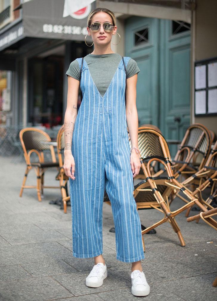 девушка в полосатом джинсовом комбинезоне, футболке и белых кедах