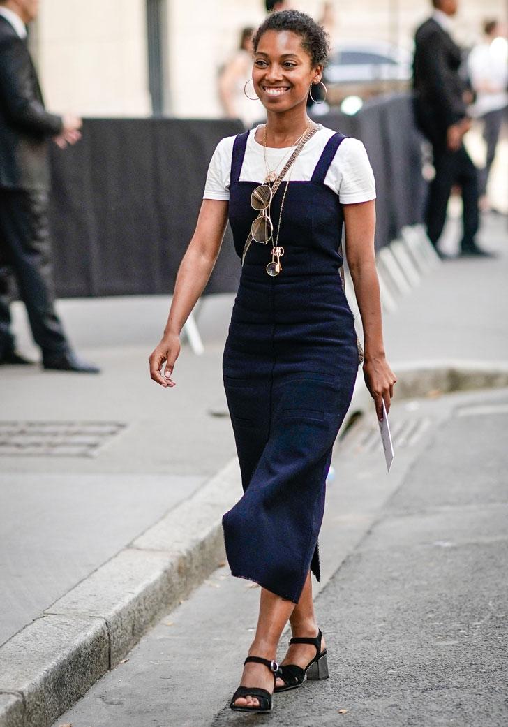девушка в синем сарафане, белой футболке и черных босоножках