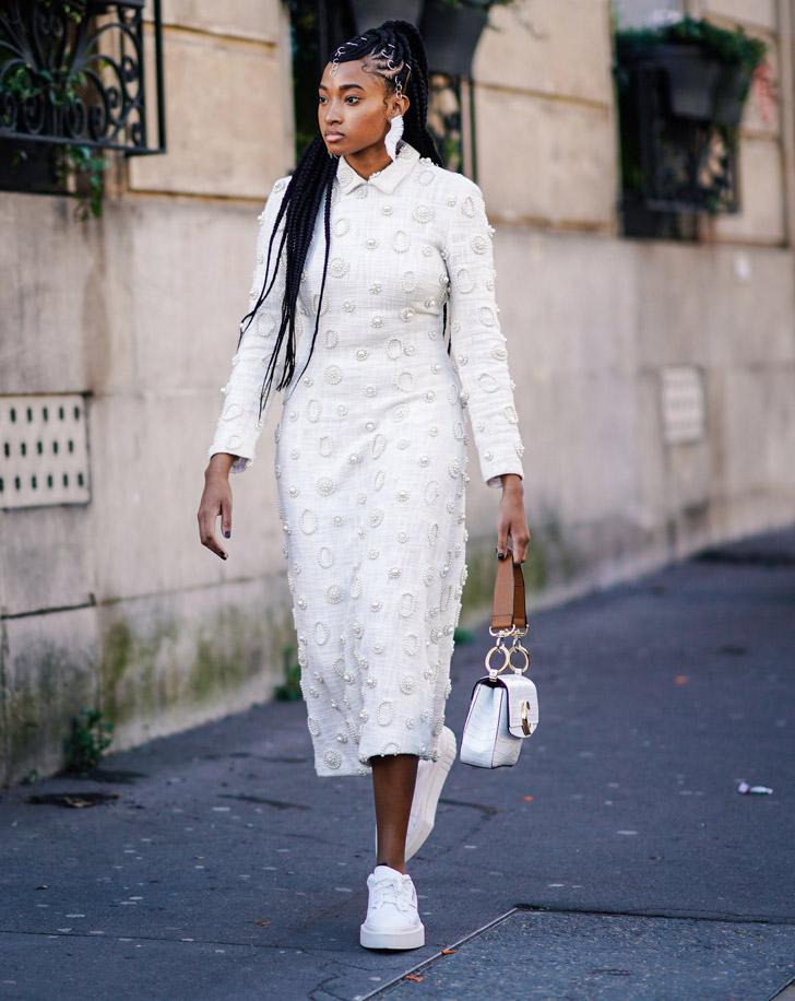 девушка в светлом платье с длинными рукавами и кедах