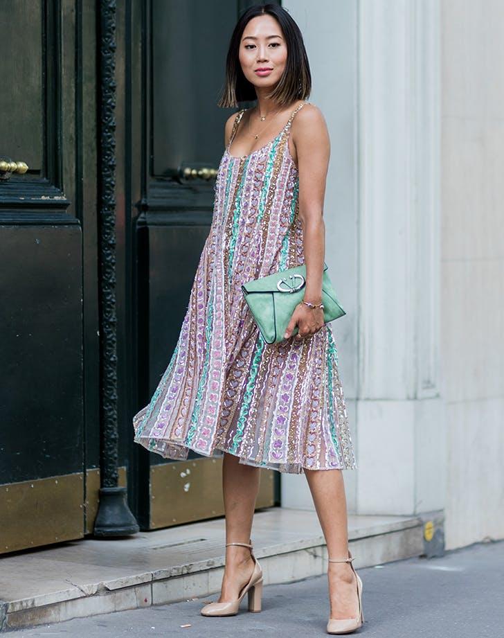 девушка в цветном сарафане и бежевых туфлях