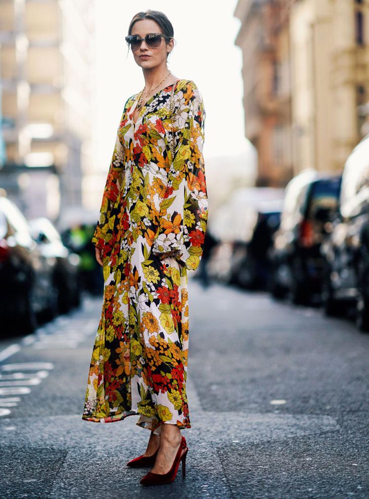женщина в длинном цветочном платье и бархатных лодочках