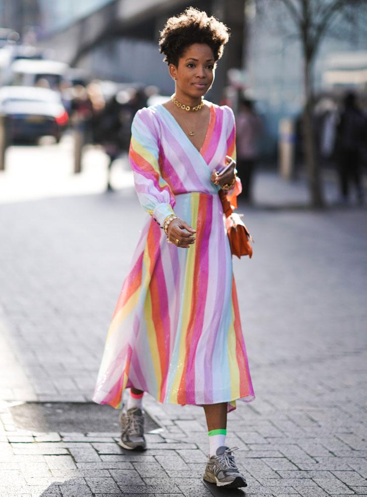 женщина в платье с принтом радуги и кроссовках