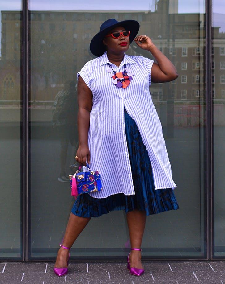 женщина в полосатой тунике, синей юбке, шляпе и ярких туфлях