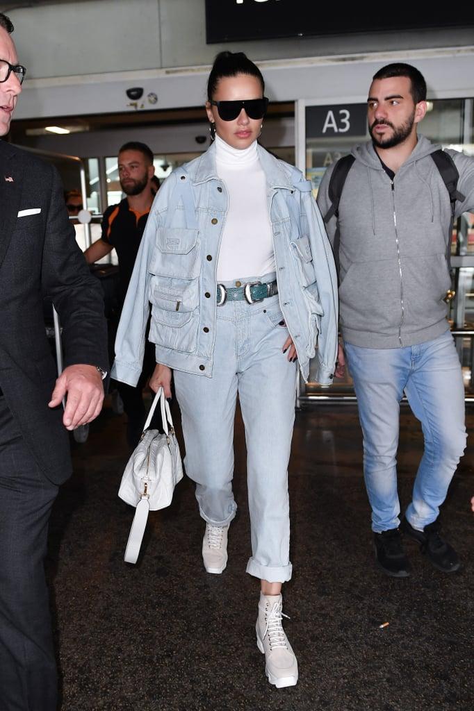 Adriana Lima в голубых джинсах, белая водолазка и джинсовая куртка